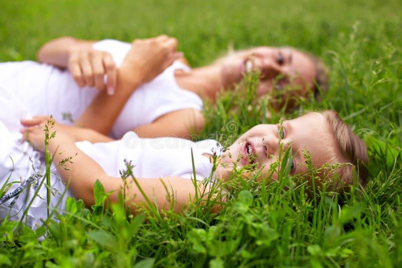 мать травы дочи лежа стоковые изображения rf