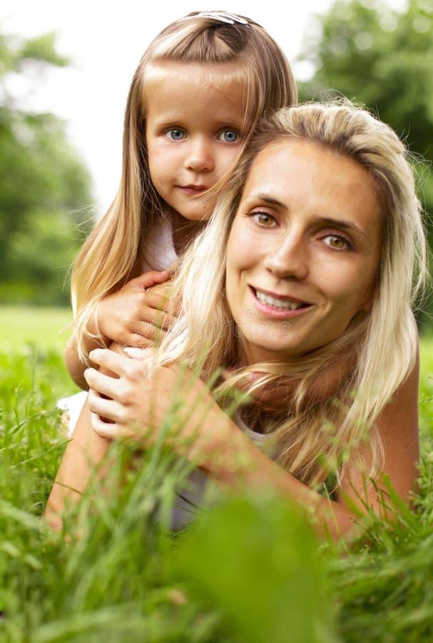 мать травы дочи лежа стоковое фото rf
