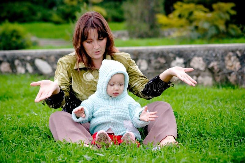 мать травы ребенка стоковые изображения