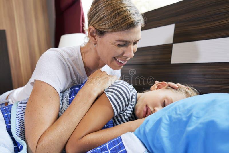 Мать штрихуя голову дочери стоковое фото rf