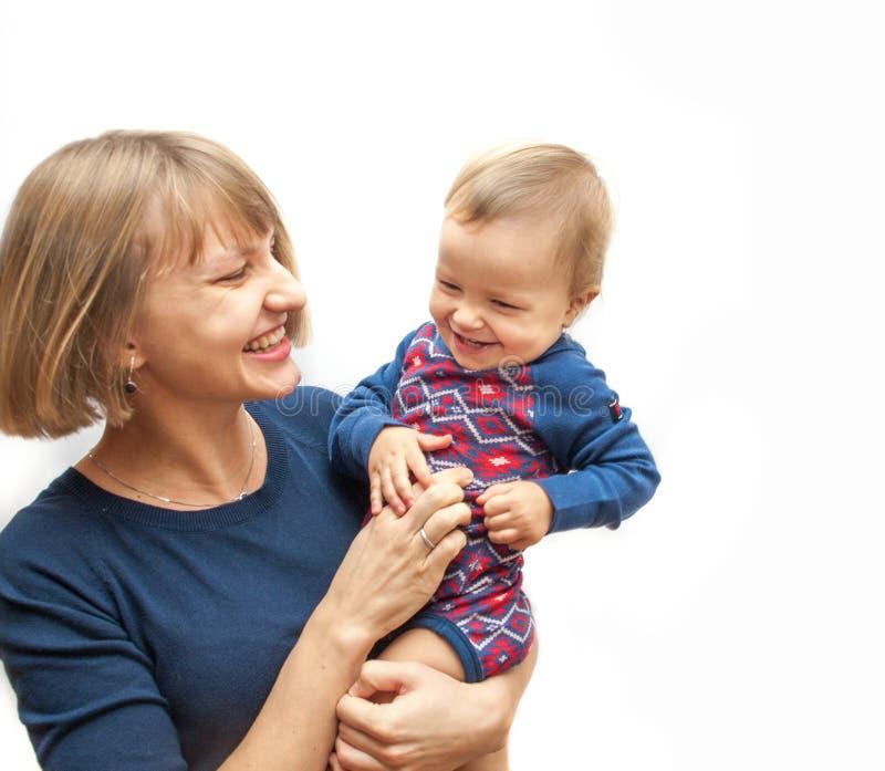 Мать щекоча ее младенца стоковое изображение rf
