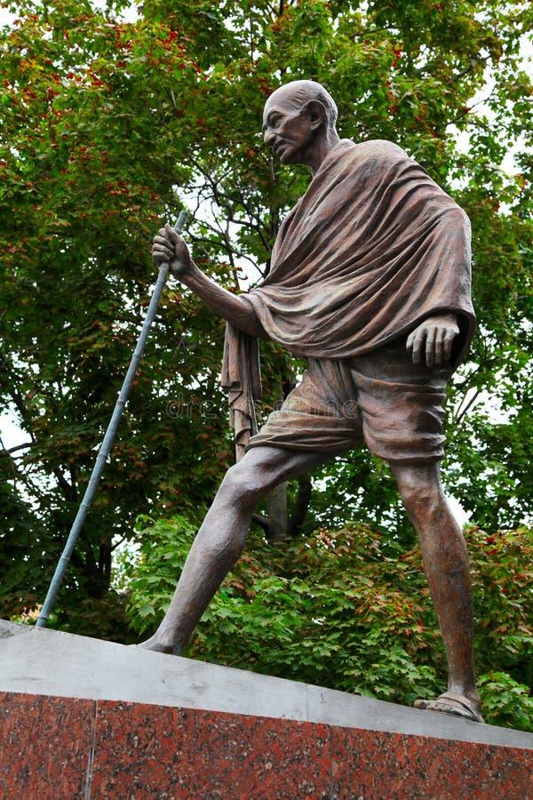 Махатма Ганди. Памятник в Москве. стоковые фотографии rf