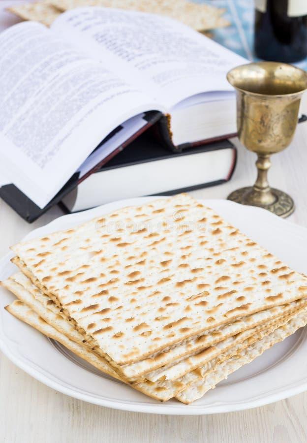 Маца и вино для торжества еврейской пасхи стоковые фотографии rf