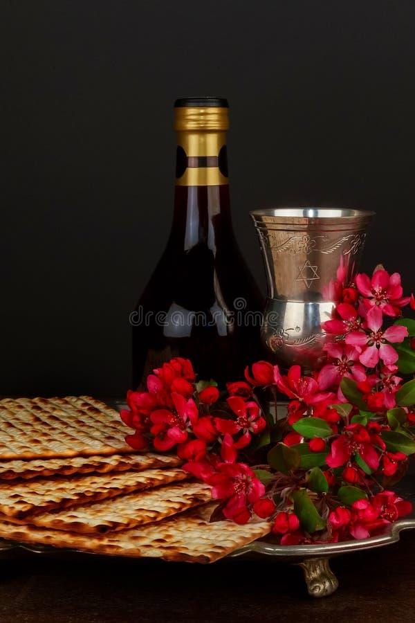 Маца Pesach с хлебом еврейской пасхи вина и matzoh еврейским стоковые изображения