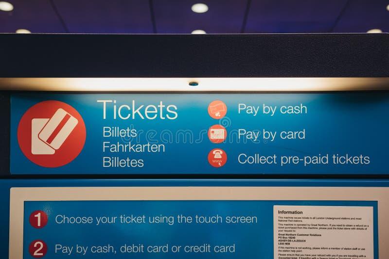 Машина билета самообслуживания внутри станции креста ` s короля, Лондона, Великобритании стоковое фото