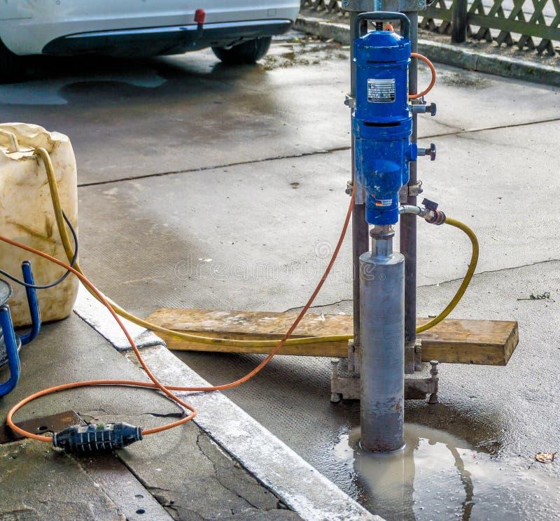 Машина бурения керна для сверлить бетонное основание на завалке стоковые фотографии rf
