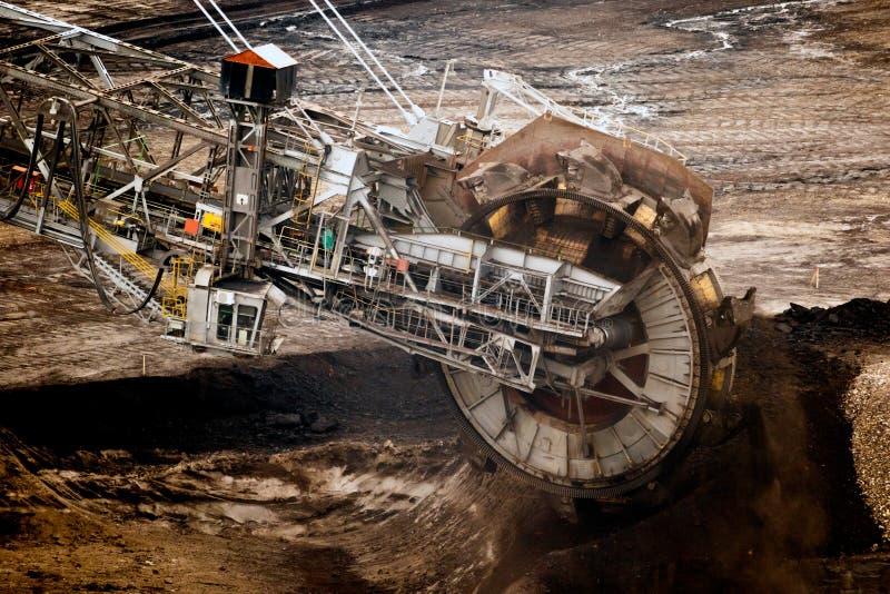 Машина для раскопки большого колеса ведра работает на бурой шахте с открытым углем стоковое изображение rf
