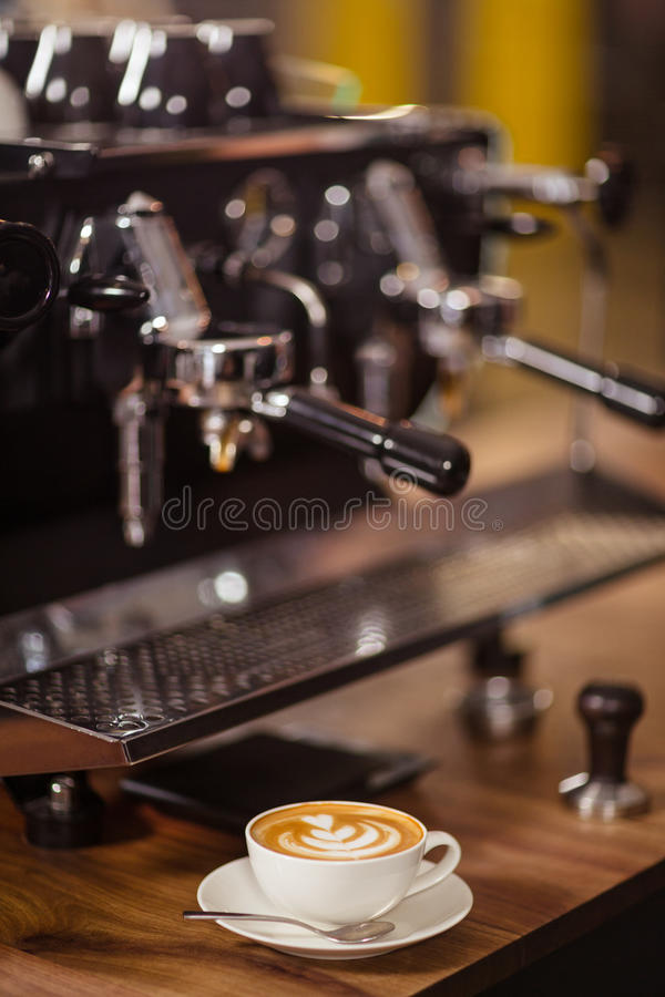 Машина и капучино кофе стоковые фотографии rf