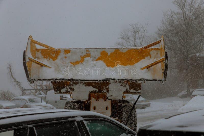 Машина колеса затяжелителя разгружая снег во время муниципальных работ стоковые фотографии rf