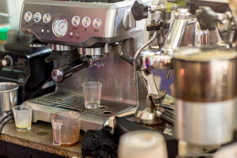Машина кофе готовая для того чтобы сделать хороший чашку из эспрессо в кафе машина кофе делая чашку кофе в ресторане стоковая фотография rf