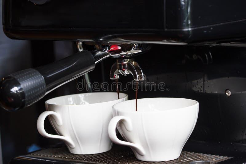 Машина кофе делая 2 чашки свежей предпосылки эспрессо стоковые изображения rf