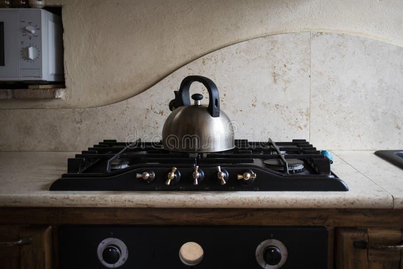 Машина кофе Inox стальная на отечественной кухне стоковые изображения