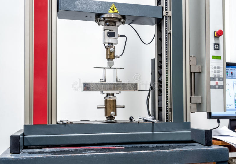 Машина прочности на растяжение инженерства в процессе испытания стоковая фотография rf