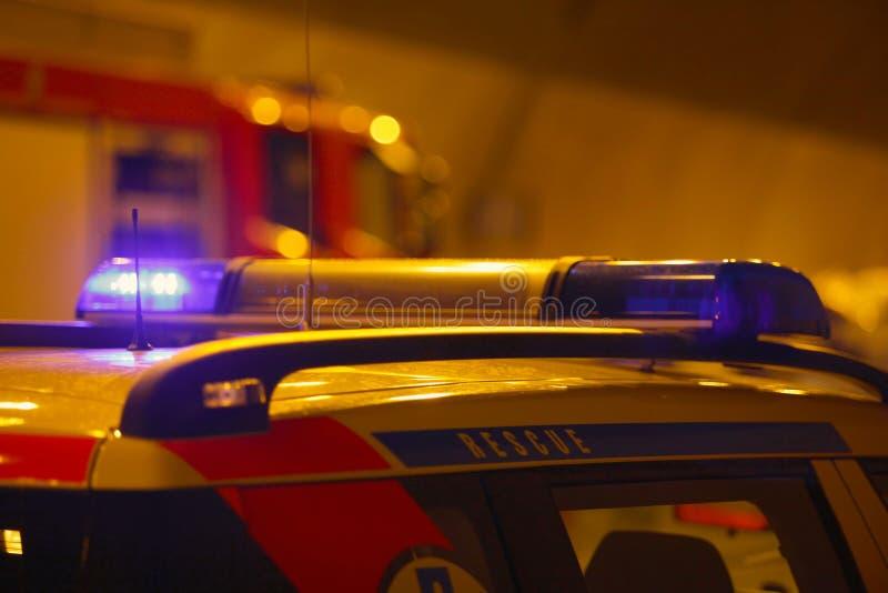 Машина скорой помощи в аварии на nighttime стоковое фото rf