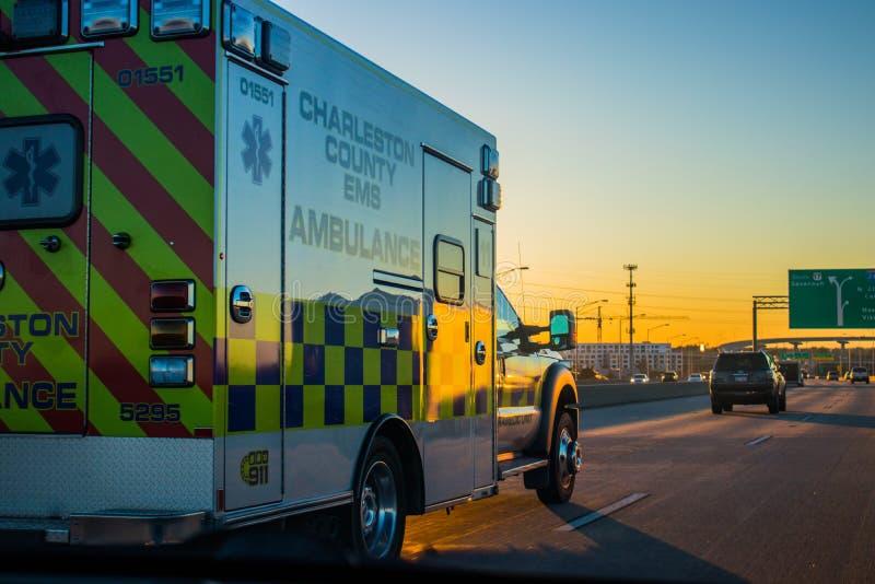 Машина скорой помощи управляя на шоссе стоковые изображения rf