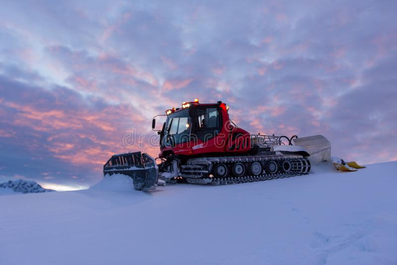 Машина снегоочистителя на снежном лыжном курорте стоковое фото