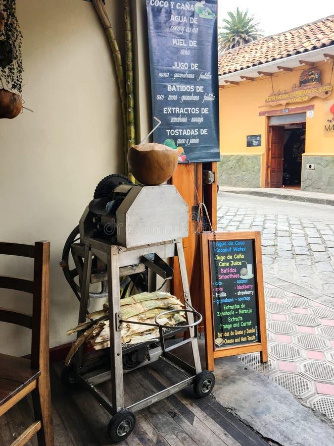 Машина сока сахарного тростника в малом кафе стоковое фото rf