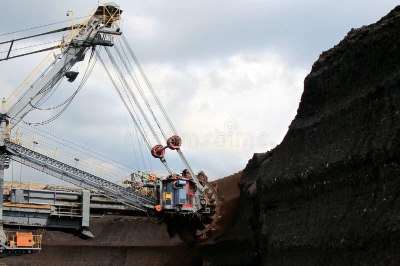 Машина экскаватора бурого угля огромная в коричневой шахте стоковое фото rf