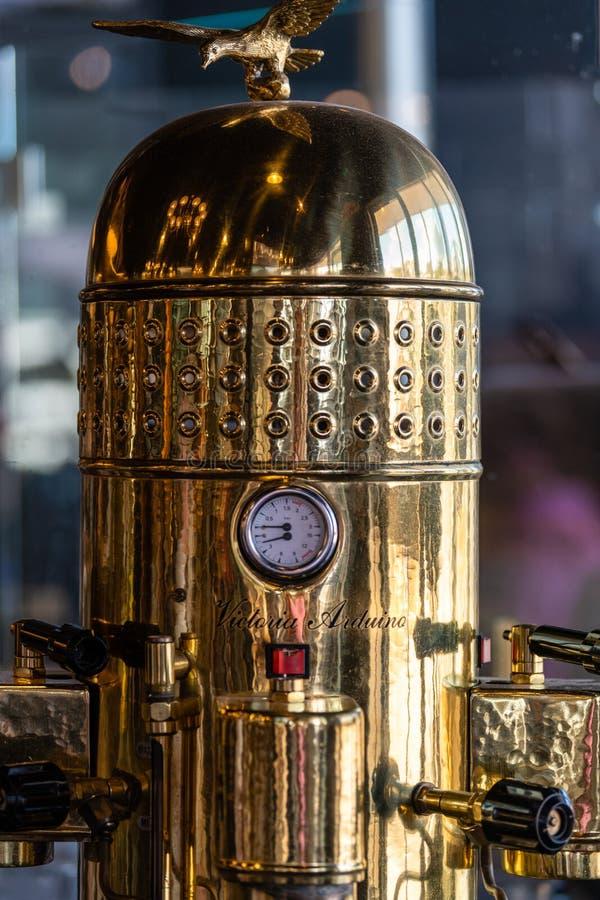 Машина эспрессо кофе Виктория Arduino Caffè Италии на дисплее в кафе стоковые изображения rf