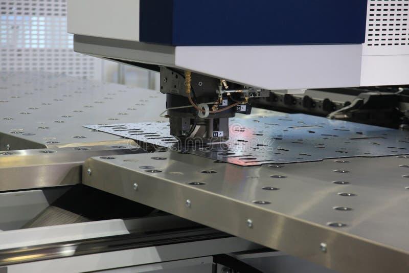 Машина CNC пробивая стоковое изображение rf