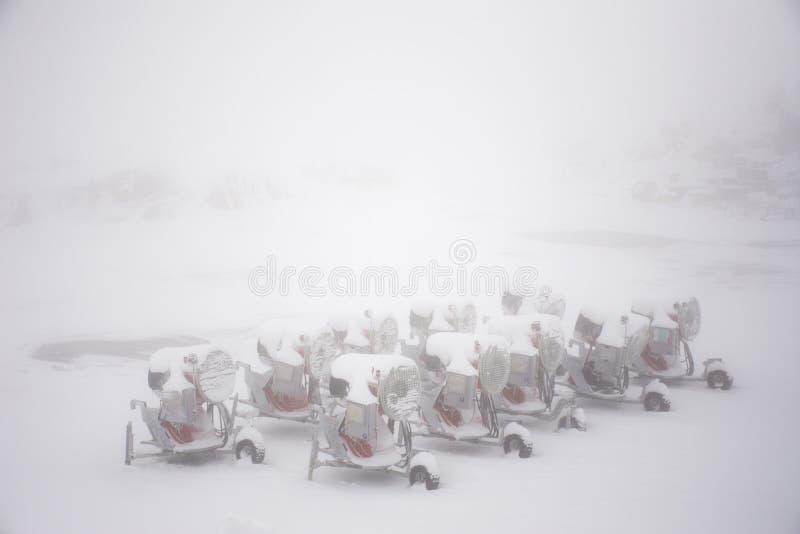 Машина Snowmakers оружия снега для лыжных курортов на земной автостоянке стоковые фото