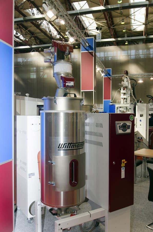 Download Машинное оборудование пластмассы отливая в форму Редакционное Стоковое Изображение - изображение насчитывающей пластмасса, промышленно: 33725164