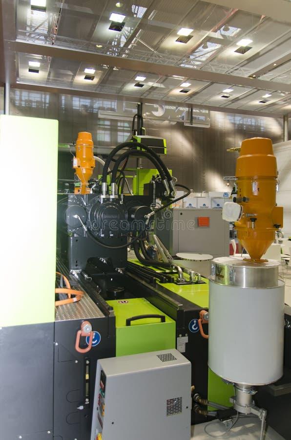 Download Машинное оборудование пластмассы отливая в форму Редакционное Изображение - изображение насчитывающей machinery, инструменты: 33725185