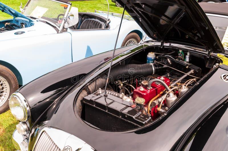 Машинный отсек старого черного MG стоковые изображения