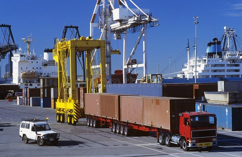 Машины в порте грузового контейнера стоковые изображения