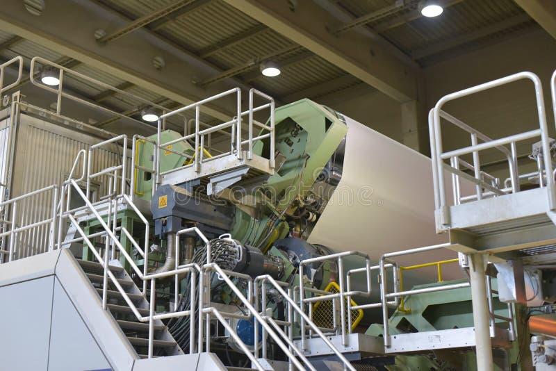 Машины для продукции бумажных кренов для более дальнеишего processin стоковая фотография