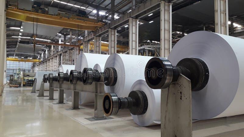 Машины для продукции бумажных кренов и крена белой бумаги стоковое фото
