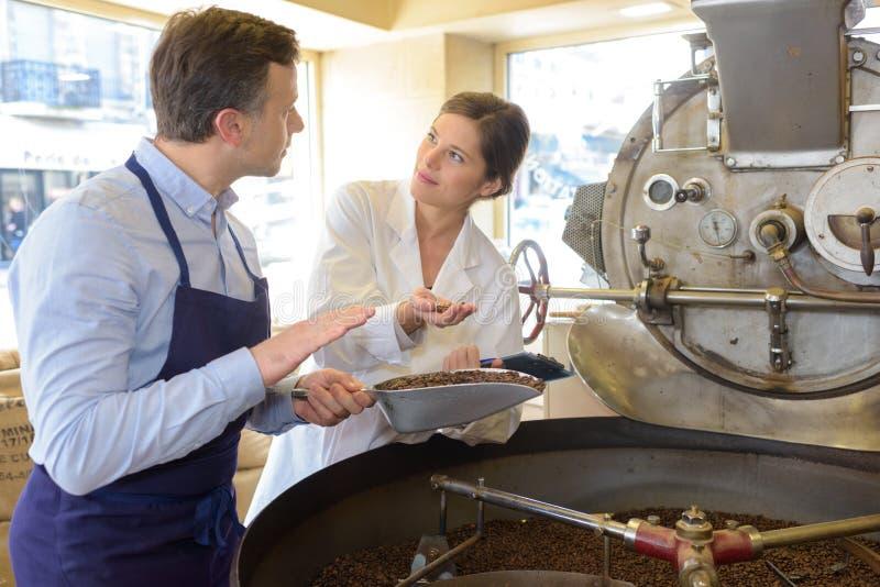 Машины кофе обрабатывая внутри фабрики кофе стоковое фото