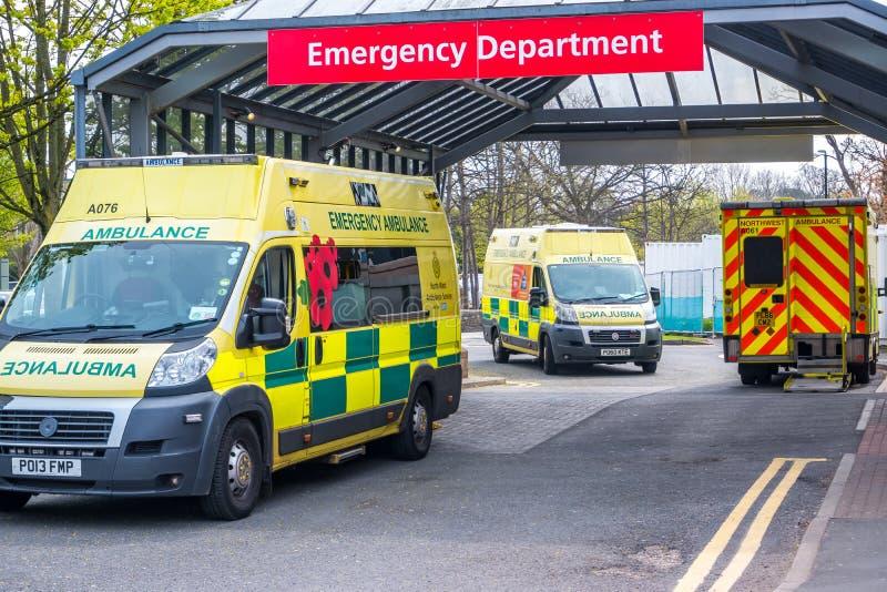 Машины скорой помощи Ланкастера Англии Великобритании 18-ое апреля 2019 припаркованные вне отделения неотложной помощи больницы стоковое изображение rf