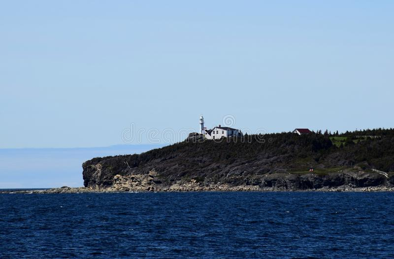 Маяк бухты омара главный около скалистой гавани стоковые изображения rf