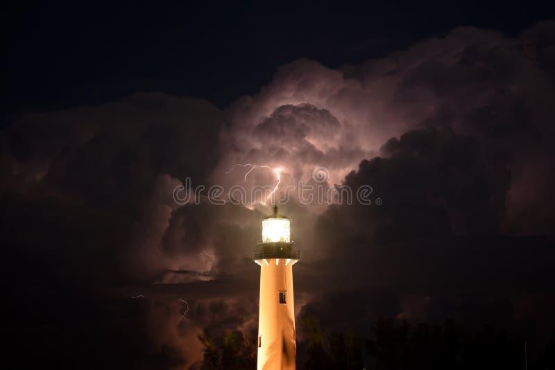 Маяк входа Юпитера во время шторма молнии стоковые фотографии rf