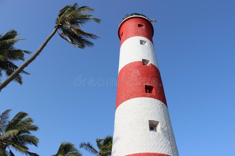 Маяк в ветре морского бриза среди кокосовых пальм стоковое изображение
