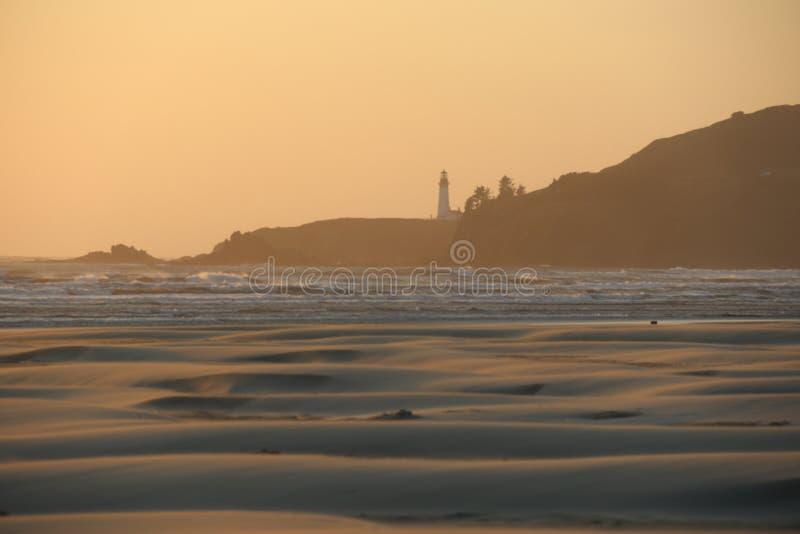 Маяк головы Yaquina зарева захода солнца стоковое фото