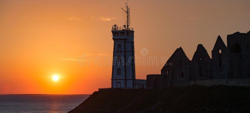 Маяк захода солнца, Pointe de Свят-Mathieu, Бретань, Франция стоковое изображение
