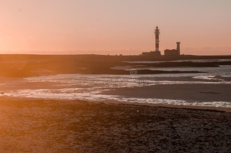 Маяк и заход солнца на пляже океана Фуэртевентура Cotillo стоковые фото