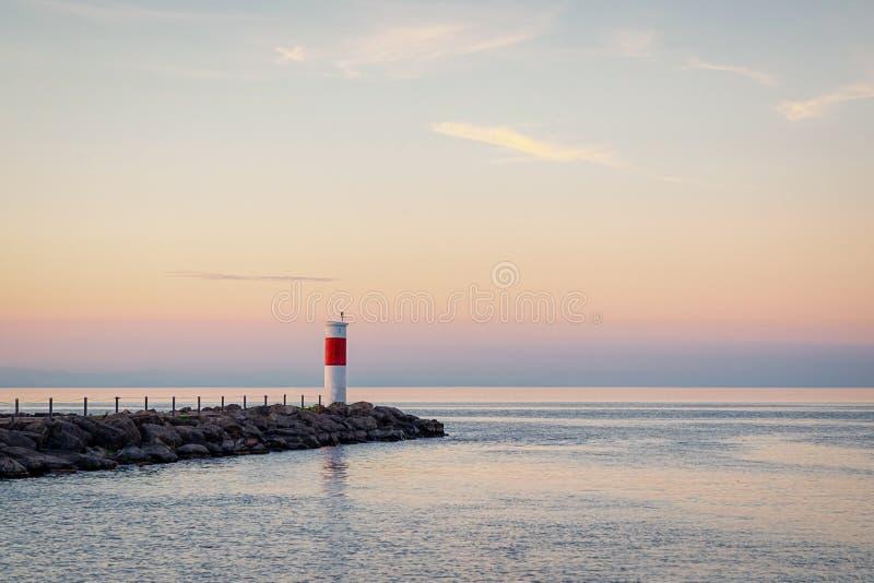 Маяк и красивый заход солнца на Lake Ontario Rochester, США стоковые изображения rf
