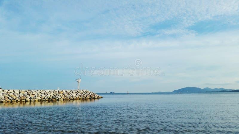 Маяк и ориентир ориентир океана стоковое фото rf