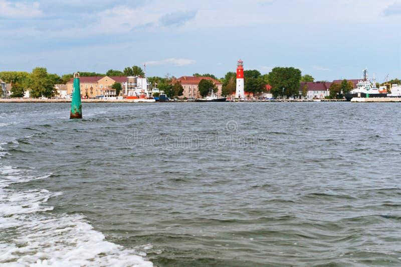 Маяк и порт города, обозревая город от моря стоковое фото