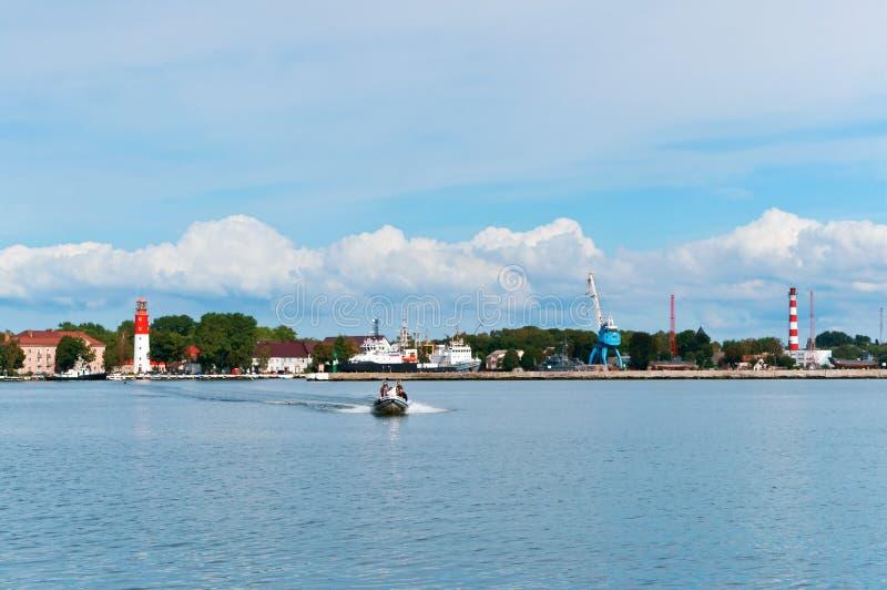 Маяк и порт города, обозревая город от моря стоковая фотография