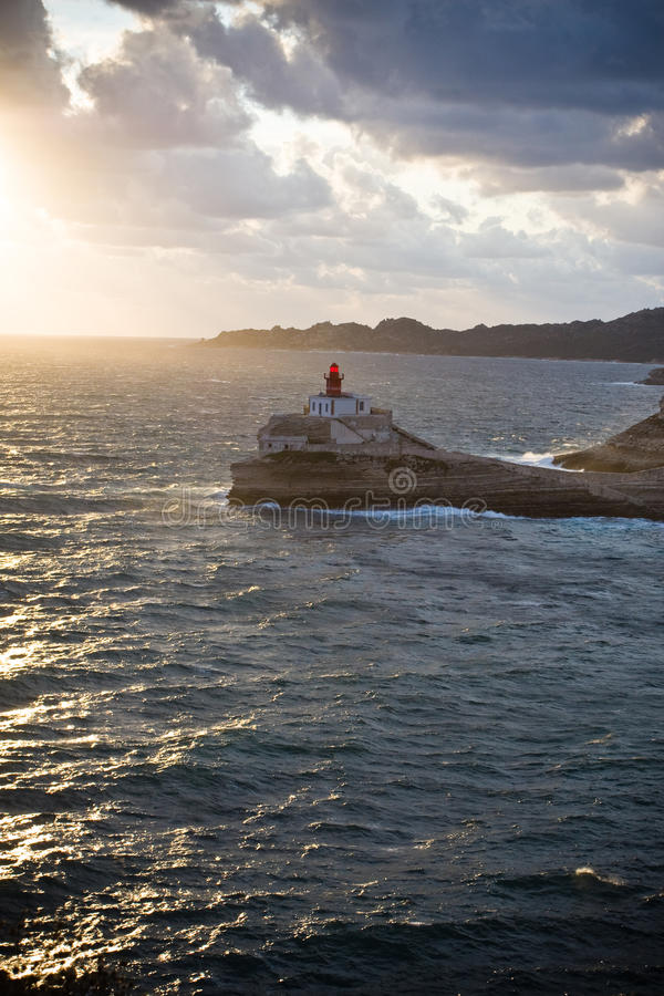 маяк над морем утесов стоковое фото