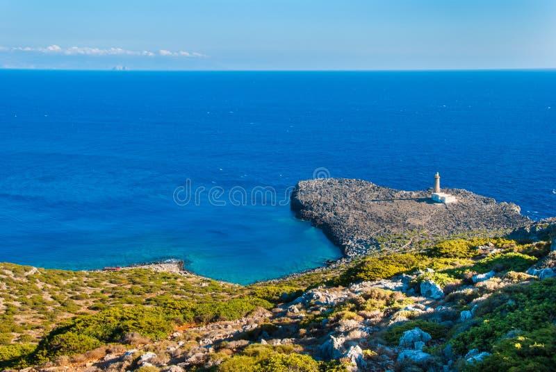 Маяк накидки Apolytaras к югу от острова Antikythera, одного из самых старых маяков в Греции стоковые изображения