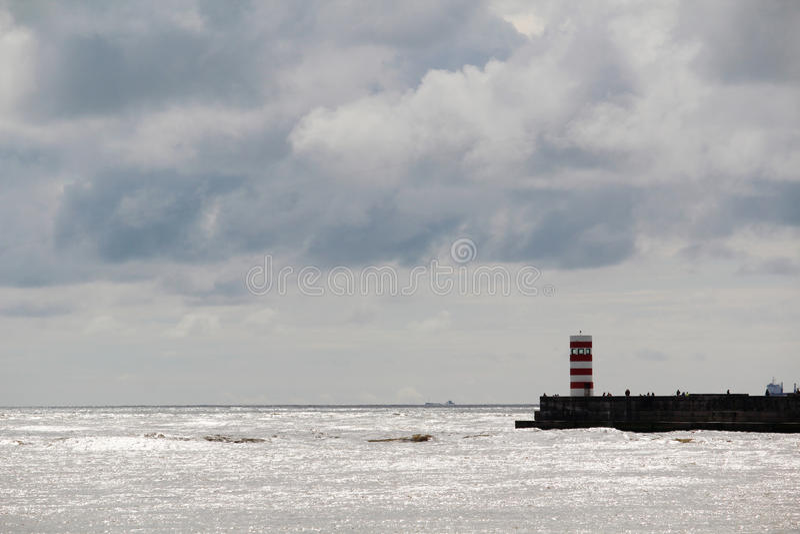 Маяк на взморье Атлантического океана в Порту, Португалии стоковая фотография rf