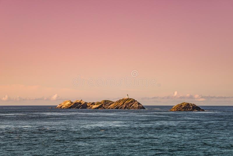Маяк на красивых Фарерских островах во время волшебного захода солнца, su стоковая фотография
