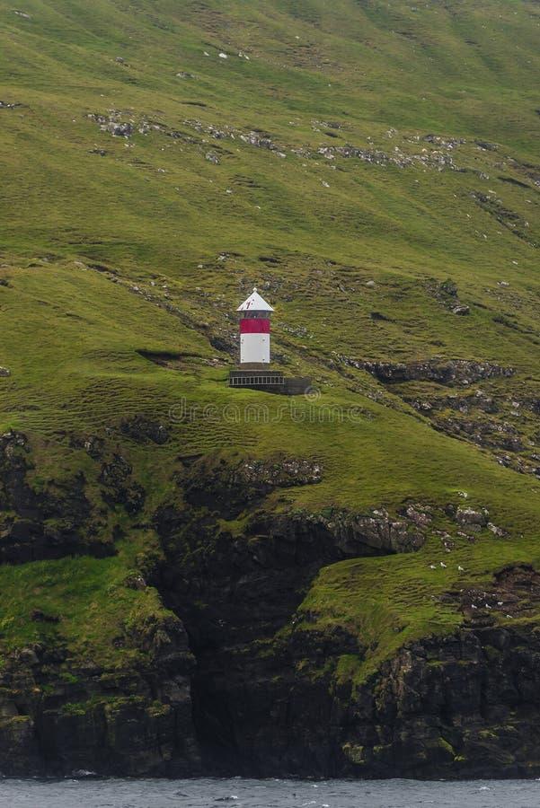 Маяк на красивых Фарерских островах, временя стоковые изображения