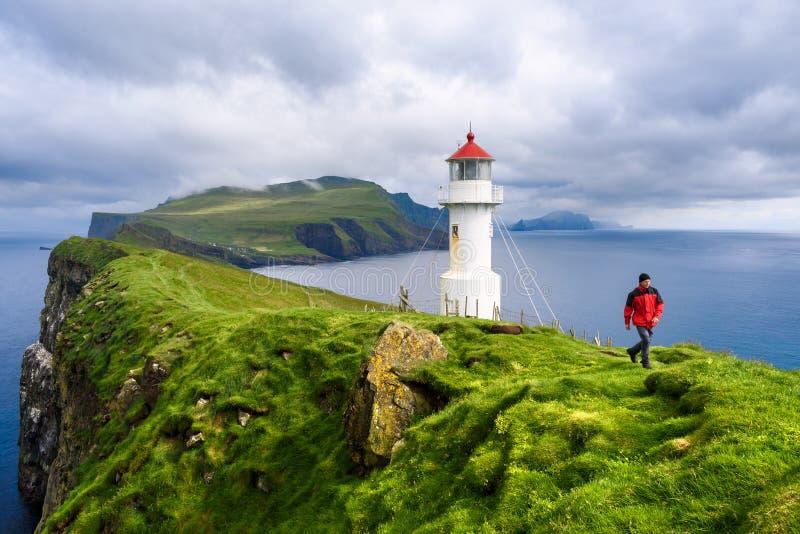 Маяк на острове Майкинесхолм, Майкинешольм, остров Микинесхолм, Фарерские острова стоковое фото rf