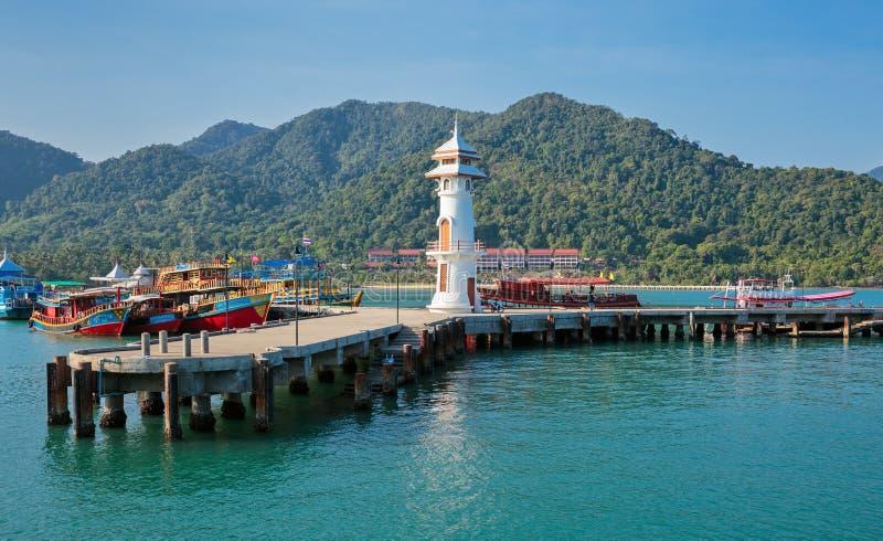 Маяк на пристани Bao челки на острове Chang Koh в Таиланде стоковые изображения rf